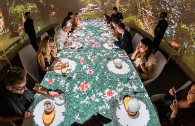 Varias personas durante una cena en el restaurante Sublimotion.