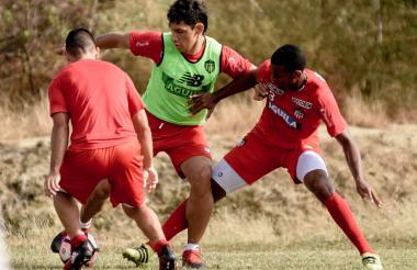 Roberto Ovelar intenta superar las marcas de Jorge Aguirre y Balanta en la práctica.