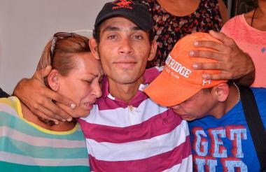 Gerardo Sánchez estaba desaparecido hace dos años y se reencuentra con su mamá Deisy Reyna y su hermano Kendry, quienes viven en Venezuela.