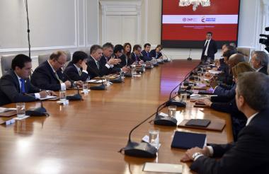 Santos, al centro a la izquierda, reunido con todos sus ministros ayer en el Conpes.