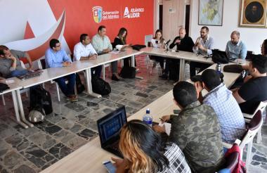 Los empresarios y jóvenes, reunidos en la mesa de trabajo.