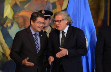 Luis Almagro, derecha, conversa con Juan Orlando Hernández, presidente de Honduras.