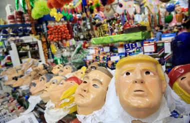 La careta de Trump se exhibe en uno de los almacenes en Río de Janeiro.