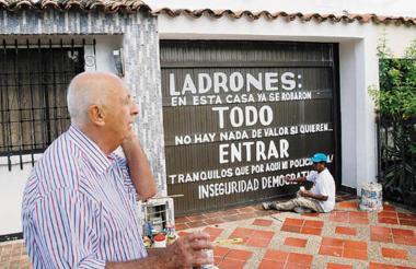 Los ciudadanos en Valledupar han protestado por la inseguridad. Uno de ellos, decidió colocar un singular letrero en su casa en el barrio Los Cortijos, cansado de ser víctima de los ladrones.