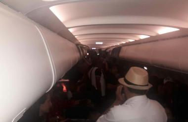 Personal del vuelo 3134 de Latam a la espera del despegue a Barranquilla.