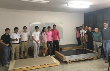 Estudiantes que hacen parte del proyecto con los paneles solares.