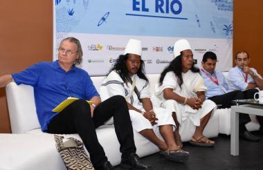 Wade Davis, junto a los Mamos Jialson Pérez y Camilo Izquierdo, Humberto Ávila, del Ideha, y César Cardona, del Cirmag, durante el Foro en Combarranquilla.