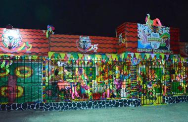 La fachada ganadora del primer puesto incluyó detalles alusivos a los 25 años de la fundación Carnaval de Barranquilla.
