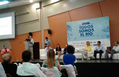 El director de EL HERALDO, Marco Schwartz, durante la instalación del foro en Combarranquilla. También aparecen la directora del Parque Cultural, María Eulalia Arteta y otros panelistas.