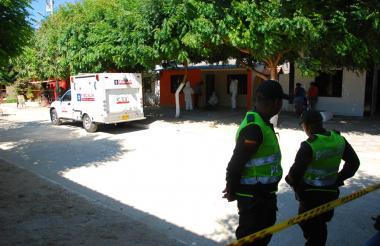 Policías custodian la escena del crimen, mientras peritos forenses del CTI inspeccionan el cadáver de Simón Jiménez en la terraza de la vivienda.