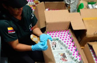 Agente del CTI inspecciona el medicamento incautado.