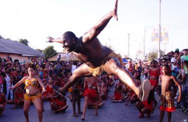 Grupo de danza africana durante el desfile del rey Momo, en la calle 17, en 2016.