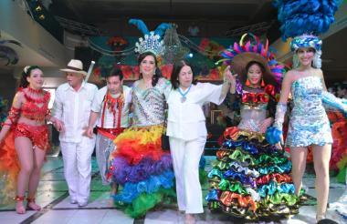 Gloria Peña junto a las capitanas del Club Santa Marta.