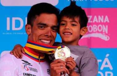 El ciclista colombiano Jarlinson Pantano celebra con su hijo la victoria en la contrarreloj individual del Campeonato Nacional de Ciclismo de Ruta.