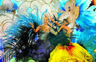 Su majestad Stephanie Mendoza Vargas saluda al público luego de recibir la corona como reina del Carnaval de Barranquilla, de manos de su antecesora Marcela García, en el marco del espectáculo denominado 'Aluna', realizado en el parqueadero del estadio Metropolitano.