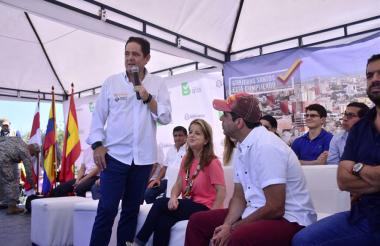 El vicepresidente Vargas, en Los Ángeles III. Lo observan la ministra Noguera y el alcalde Char.