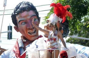Con un disfraz de fantasía desfiló la reina del Carnaval de la 44, Valeria Rocha.