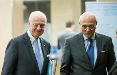 El enviado de la ONU para Siria, Staffan de Mistura (i), y su mediador adjunto, Ramzy Ezzeldin, llegan a la reunión de paz entre el Gobierno sirio y la ONU.