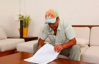 El alcalde Alejandro Char cuando firmaba este miércoles el decreto que extiende la prohibición del parrillero hombre.