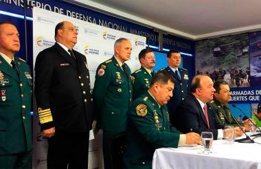 El ministro de Defensa, Luis Carlos Villegas, en rueda de prensa. Lo acompañaron los miembros de las fuerzas armadas y de Policía.