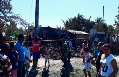 Vecinos y familiares observan la casa tras el incendio.