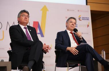 El ministro de Hacienda, Mauricio Cárdenas, y el presidente Juan Manuel Santos durante el lanzamiento de la estrategia 'Colombia Repunta'.
