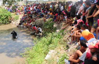 Habitantes de Palermo se congregaron a la orilla del Río Magdalena donde cayeron los niños.