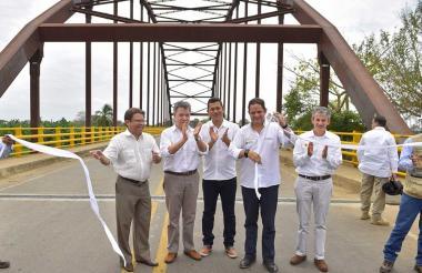 Germán Vargas Lleras y Juan Manuel Santos, durante la entrega del puente de San Jorge.