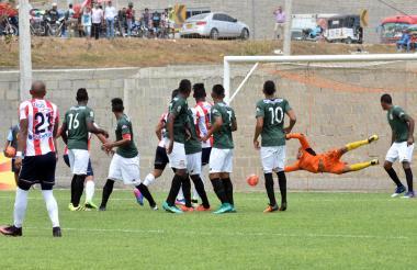 Acción del gol de Johnatan Estrada ante el Barranquilla F.C., en juego válido de la Copa Águila.