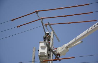 Técnico de Electricaribe mientras trabaja en redes de energía de Barranquilla.