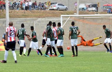 Reynaldo Fontalvo, arquero del Barranquilla FC, no logra contener el tiro libre ejecutado por el volante antioqueño Johnatan Estrada.
