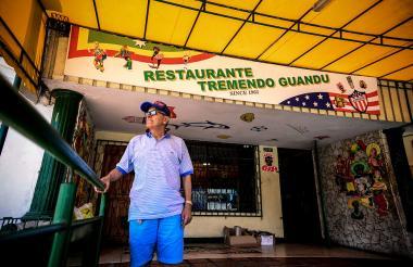 Isnardo Pinilla frente al restaurante que inauguró en 1982, Tremendo Guandú.