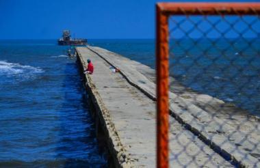 Aspecto de lo que aún continúa en pie del viejo muelle de Puerto Colombia.