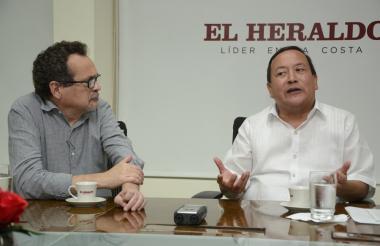 El gobernador Guerra Curvelo en la entrevista concedida a EL HERALDO. Lo escucha Marco Schwartz, director de esta casa editorial.
