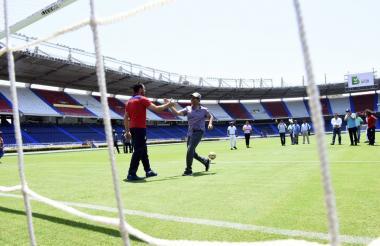 Sebastián Viera saluda a Alejandro Char en el estadio Metropolitano Roberto Meléndez.