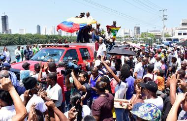 El cuerpo de 'Rocky' Valdés fue llevado en un vehículo del Cuerpo de Bomberos de Cartagena. Numerosos seguidores acompañaron el cortejo.