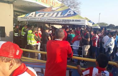 La gente se aglomeró en la entrada de la tribuna occidental sin poder ingresar.