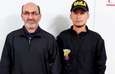 El coronel Orlando Vivas Muñoz fue mostrado por el CTI de la Fiscalía que lo capturó en Manizales.