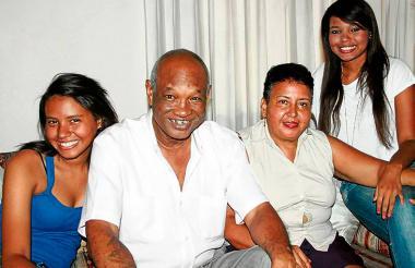 Rocky Valdés en familia junto a su esposa Ana Tijerino y sus hijas Ana Milena y Jennifer.