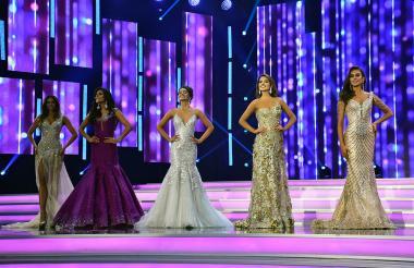 Las cinco finalistas, Antioquia, Cartagena, Magdalena, Bogotá y Santander, esperan la decisión del jurado en la velada final del Reinado.