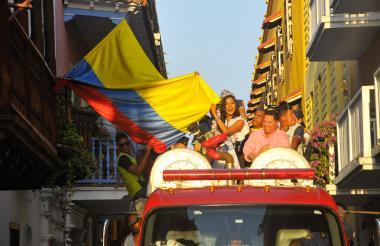 La nueva Señorita Colombia fue paseada en un camión de bomberos por las calles de Cartagena.