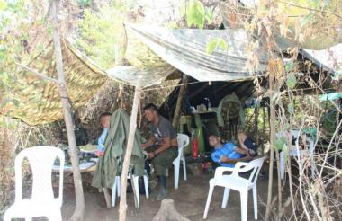 Los guerrilleros del frente 58 siguen viviendo en 'cambuches' debido a que no hay todavía una logística que les permita estar más cómodos.