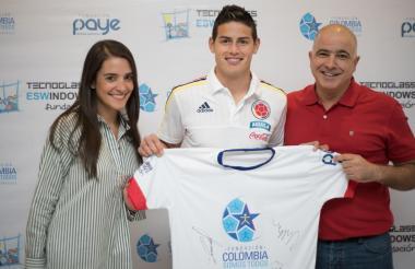 El 10 de la Selección Colombia, James Rodríguez, junto a Christian Daes, COO de Tecnoglass y Representante de la Fundación Tecnoglass.
