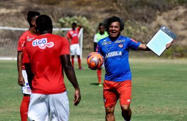 El técnico samario Alberto Gamero da indicaciones en un entrenamiento del Junior.