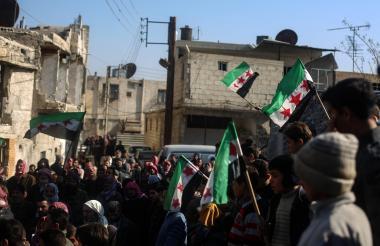 Residentes se reúnen y gritan consignas durante una manifestación en apoyo de los combatientes de la oposición del ejército sirio libre después de su última batalla en Jobar, este viernes.