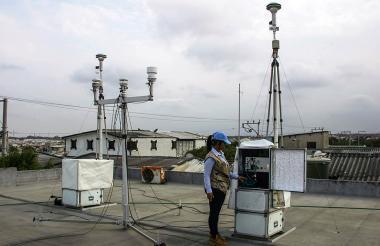 Una ingeniera revisa la estación de medición.