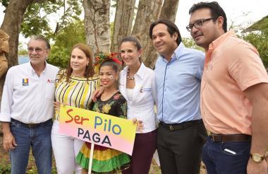La ministra de Educación, Yaneth Giha, en compañía del gobernador Eduardo Verano, la congresista Martha Villalba, el alcalde de Baranoa, Rafael Escalante, y el secretario de Educación, Dagoberto Barraza.