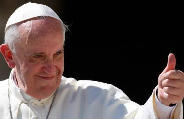 El papa Francisco saluda a los feligreses.