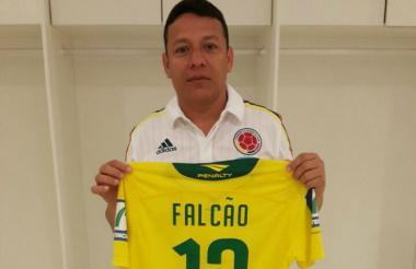 Roberto 'Tico' Bruno, asistente técnico de la Selección Colombia, con la camiseta de la leyenda brasilera.