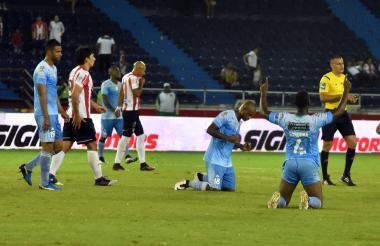 Los jugadores de Jaguares celebran el triunfo al final del compromiso. Roberto Ovelar y Johnatan Estrada, del Junior, de lamentan.